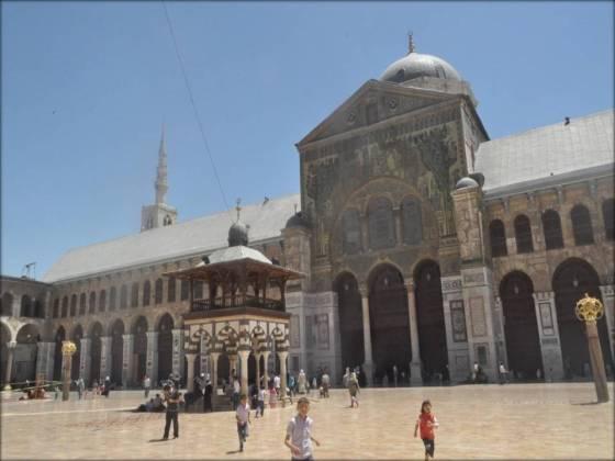 Le dimanche, la mosquée des Omeyades accueille des familles entières. Les enfants gambadent à souhait dans sa vaste cour à ciel ouvert.