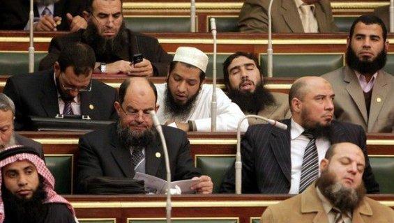 Des députés salafistes en session parlementaire au Caire (Egypte), le 23 janvier 2012. ASMAA WAGUIH / REUTERS